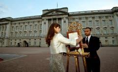 Die Pressesekretärin der Queen, Ailsa Anderson und Fusssoldat Badar Azim stellen vor dem Buckingham Palace das Geburtsdokument auf. (Bild: Keystone)