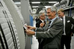 Gemeindeammann Josef Mattle ist fasziniert von der neuen Zeitung. Im Hintergrund Martin Klöti (links) und Daniel Ehrat. (Bild: Reto Martin)