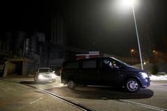Ein Leichenwagen verlässt am Mittwochabend das Firmengelände der Kronospan in Menznau. (Bild: Manuela Jans / Neue LZ)