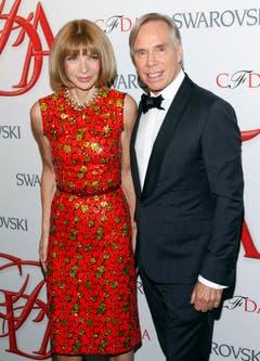 Hilfiger lässt sich mit Kollegin Anna Wintour 2012 in New York auf dem roten Teppich ablichten. Zuvor wurde der Designer mit dem Geoffrey Beene Lifetime Award ausgezeichnet. (Bild: Keystone)