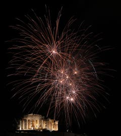Fireworks explode over the ancient Parthenon temple at the Acropolis Hill during the New Year's Eve celebrations in Athens, on Wednesday ,Jan. 1, 2014. (AP Photo/Petros Giannakouris) (Bild: Keystone)