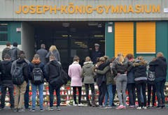 Schülerinnen und Schüler des Joseph-König-Gymnasiums in Haltern trauern um ihre verunglückten Mitschüler. (Bild: Keystone)