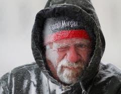 Der Ladenbesitzer Allan Umscheid wagt sich in Lawrence, Kansas, zum Schneeräumen raus. Und spürt sofort den eisigen Wind. (Bild: Keystone)