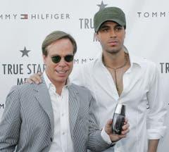 """Nicht nur Hilfiger tragen, sondern auch danach riechen: Der Designer präsentierte 2005 seinen neues Parfüm """"True Star Men"""". Werbegesicht war Sänger Enrique Iglesias. (Bild: Keystone)"""