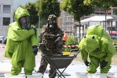 Soldaten des Katastrophenhilfebataillons 4 betreiben in Ruggell eine Dekontaminationsstelle für liechtensteinische Feuerwehrleute. (Bild: Christoph Krapf)