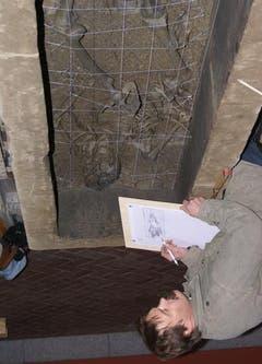 Die Bestattung im Sarkophag wird dokumentiert. (Bild: pd)