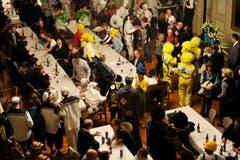 Nach dem Bechtelismahl, an dem nur Männer teilnehmen dürfen, werden um 23 Uhr auch alle anderen in den Rathaussaal gelassen. (Bild: Reto Martin)
