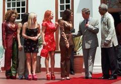Spice up your life: Die britische Girlgroup Spice Girls trifft vor dem Konzert in Pretoria Prinz Charles und Nelson Mandela (1997). (Bild: Keystone)