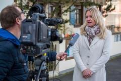 Medienrummel im beschaulichen Gottlieben: Frau Gemeindeammann Rosmarie Obergfell gibt ein Interview zum Tod von Udo Jürgens. (Bild: Reto Martin)