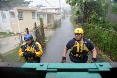 Sicherheitsmitarbeiter suchen vor dem Tropensturm nach Einwohnern in den Strassen von Fajardo, Puerto Rico. (Bild: Keystone)