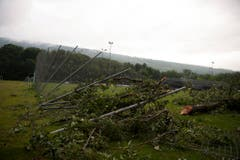 Der Wind knickte selbst starke, hohe Zäune. (Bild: Keystone)