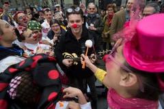 Popstar Bastian Baker unterhält die Spitalclowns. (Bild: Keystone)