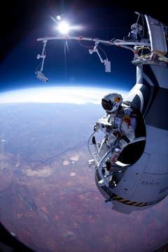Der erste Test: Im März 2012 springt Felix Baumgartner aus 21,8 Kilometern Höhe und erreicht eine Geschwindigkeit von 586 km/h. (Bild: Keystone)