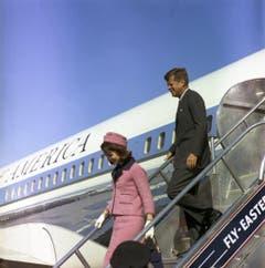 Die First Lady Jacqueline Kennedy und der Präsident kommen am 22. November 1963 in Dallas, Texas, an. (Bild: Keystone)