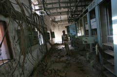 Leer und verfallen: Ein indischer Polizist in einem der Gebäude der Chemiefabrik (Aufnahme von 2009). (Bild: Keystone)