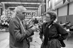 Lilian Uchtenhagen 1984 in St.Gallen im Gespräch mit SP-Parteipräsident Helmut Hubacher. (Bild: Keystone)