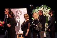Trauernde stehen Schlange, um sich in den Kondolenzbüchern für Udo Jürgens in Zürich einzutragen. (Bild: Keystone)
