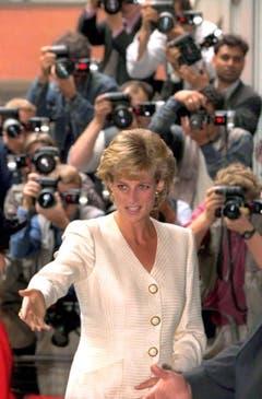 Prinzessin Diana wird nicht nur auf diesem Bild von Sensationsfotografen verfolgt. (Bild: James Fraser/EPA (London, 27. Juni 1996))