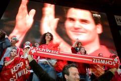 Federer bedankt sich und auch in Genf wird beim Public Viewing gefeiert. (Bild: Keystone)