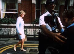 Prinzessin Diana am Tag ihrer Scheidung von Pprinz Charles. Auch hier wird sie von Fotografen verfolgt. (Bild: Stewart Mark/Keystone (London, 10. Juli 1996))