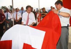 Termin mit dem Bundesrat: Im August 2002 durfte Willi Haag an der Seite von Moritz Leuenberger den Gedenkstein zur Fertigstellung der A13-Teilstrecke zwischen dem Grenzübergang Au und der Rietbrücke bei Diepoldsau enthüllen. (Bild: Keystone)