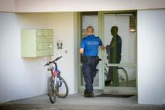Die Kantonspolizei St.Gallen sucht in der Nachbarschaft nach Zeugen und Informationen. (Bild: Urs Bucher)