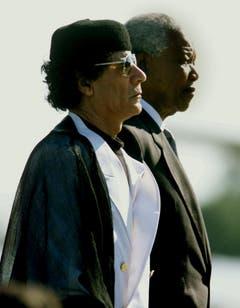 Besuch aus Nordafrika: Nelson Mandela mit dem libyschen Staatschef Muammar al- Gaddafi (1999). (Bild: Keystone)