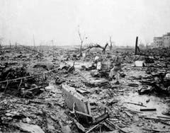 So sah es einen Monat nach dem Atombombenabwurf in Hiroshima aus. Ein Korrespondent der Allierten begutachtet die Zerstörung. (Bild: Keystone)