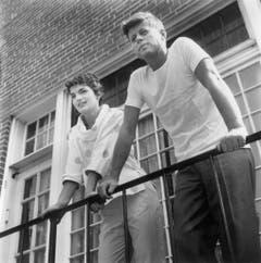 John Fitzgerald Kennedy, zu seiner Zeit als Senator von Massachusetts mit Jacqueline Kennedy auf ihrem Balkon in Georgetown im Jahr 1954. (Bild: Keystone)