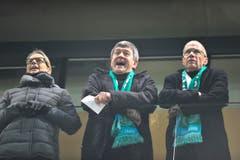 Bibbern in der AFG Arena: Willi Haag (Mitte) und Stadtpräsident Thomas Scheitlin im Februar 2012 beim Stadtmatch FCSG - Brühl, der mit 3:1 für das Heimteam endete. (Bild: Urs Bucher)