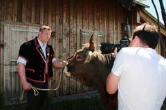 Matthias Glarner wirft sich in Pose - mit einem stattlichen Original Brauner Stier. (Bild: www.dieboesen.ch)