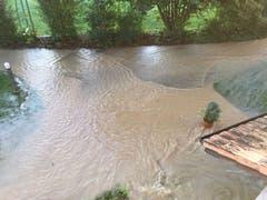 Der ganze Hauseingangsbereich ist überschwemmt. (Bild: Saadet Klein (Bewohnerin))