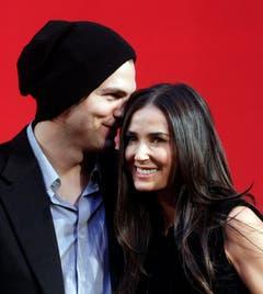 Die amerikanischen Schauspieler Ashton Kutcher und seine Frau Demi Moore unterhalten sich bei einem Fototermin in Pasching bei Linz (29.10.10). (Bild: Keystone)