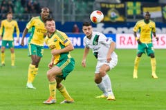 Dejan Janjatovic und David Tsoraev jagen den Ball. (Bild: Michel Canonica)