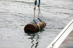 Die Bombe wird aus dem Wasser gehoben. (Bild: Rudolf Hirtl)