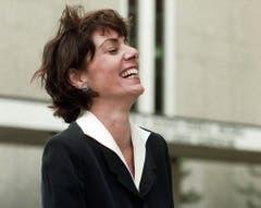 Die amerikanische Rechtsanwälting Beth Wilkinson bricht in Gelächter aus, als sie das Bundesgericht in Denver am 20. Mai 1997 verlässt. (Bild: Keystone)