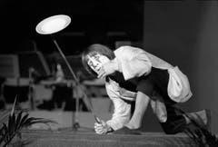 Clown Dimitri im Balancier-Akt mit Stange und Porzellanteller am Gala-Abend im Kongresshaus Lugano 1976. (Bild: STR (KEYSTONE))