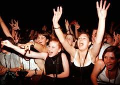 Begeisterung bei den Anhängerinnen und Anhängern des ausgebildeten Bäcker-Konditors Bobo im August 1998 in Luzern. (Bild: Keystone)