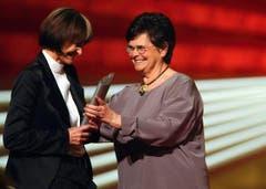 Anfang 2004 wurde Micheline Calmy-Rey mit dem Swiss Award als Politikerin des Jahres ausgezeichnet - überreicht wurde ihr der Preis von alt Bundesrätin Ruth Dreifuss. (Bild: Keystone)