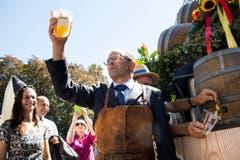 Albert Bachmann, OK-Präsident Estavayer 2016, stösst mit einem Bier auf das bevorstehende Eidgenössische Schwingfest an. (Bild: Keystone / Jean-Christophe Bott)