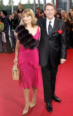 Glücklicher Moment mit seiner Tochter Jenny an der Verleihung des Deutschen Fernsehpreises am 9. Oktober 2004 in Köln. (Bild: Keystone)
