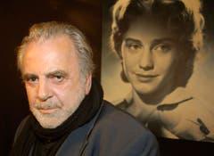 Maximilian Schell posiert im Januar 2007 vor einer Fotografie seiner Schwester Maria in der Ausstellung «Maria Schell» im Filmmuseum in Frankfurt. (Bild: Keystone)