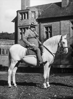 """Altersbeschwerden zwingen Winston Churchill, kürzerzutreten. Er gibt sich nach Aussen jedoch nach wie vor rüstig, wie hier anlässlich seines 90. Geburtstages im Jahr 1964 auf seinem Pferd """"Slave"""" (Sklave). (Bild: Keystone)"""