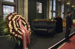 Würdiger Abschied mit einem Flügel, vielen Rosen und Udo Jürgens' Urne im Wiener Rathaus. (Bild: Keystone)