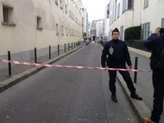 Ein Polizeibeamter nahe des Tatortes. (Bild: Keystone)