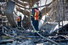 Feuerwehrmänner auf der Suche nach Glutnestern. (Bild: Urs Bucher)
