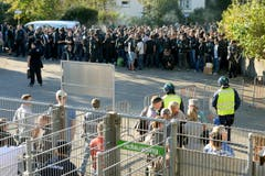 Die meisten St.Galler Fans verweigerten den Gang in den Gästesektor - sie finden den Eintrittspreis von 27 Franken zu hoch. (Bild: Keystone)