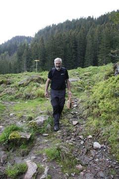 Geschafft: Alle Wegweiser sind montiert. Jetzt nimmt er den Weg in Richtung Tal auf sich. (Bild: Jolanda Riedener)
