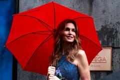 Auch unter dem Regenschirm macht Cindy Crawford, hier im vergangenen Sommer im indischen Mumbai, eine gute Figur. (Bild: Keystone)