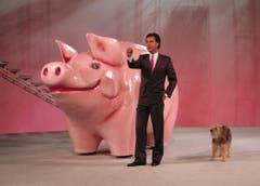 Mit Hund Sheriff vor dem Sparschwein in der Show «Supertreffer». (Bild: Keystone)